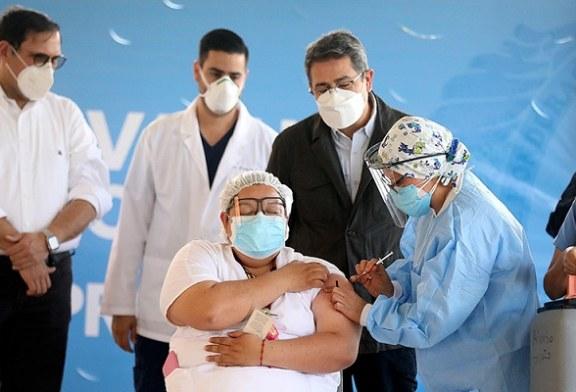 Auxiliar de Enfermería primera ciudadana hondureñaen en ser vacunada contra la covid-19