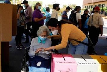 Salvadoreños votan en comicios que podrían dar más poder a Bukele que busca afianzarse con una mayoría legislativa