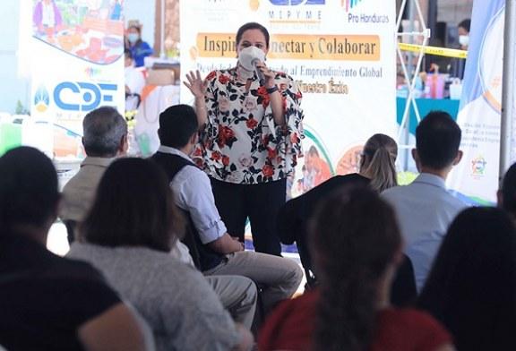 Gobierno entrega capital semilla y equipos a 100 migrantes retornados y 100 beneficiarias de Ciudad Mujer