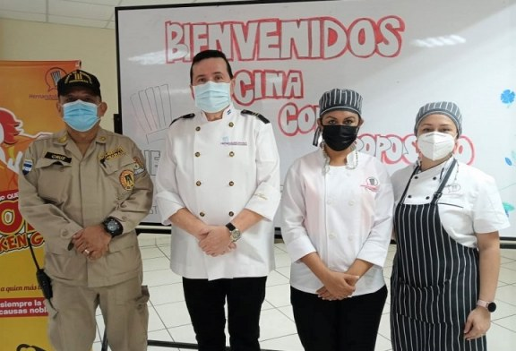 """Alumnos de la Escuela de Gastronomía """"Hernando Moreno"""" ofrecen almuerzo a miembros del Cuerpo de Bomberos"""