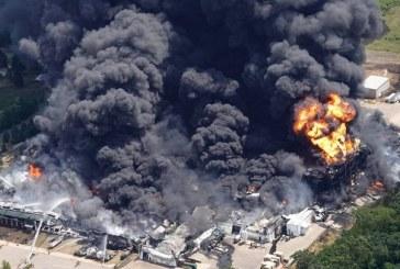 Enorme incendio en planta química cerca de Chicago obliga a evacuar un vecindario