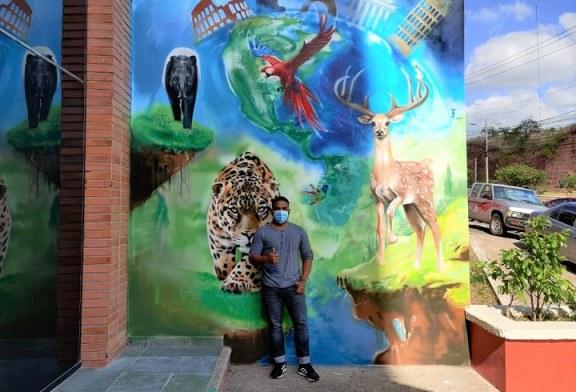 Artista hondureño realiza mural en conmemoración a becarios
