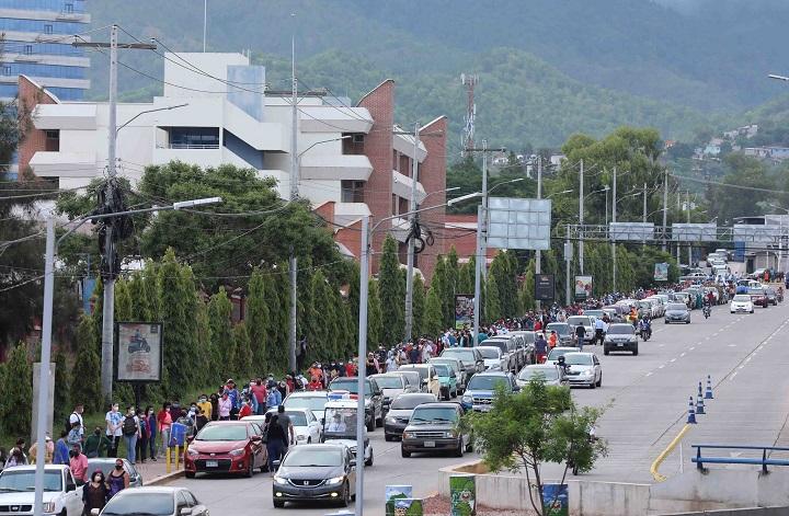 Miles de hondureños madrugan y convierten la Vacunatón en un gran éxito