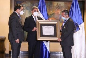 Presidente Hernández condecora a representante del BID en reconocimiento a su apoyo a Honduras