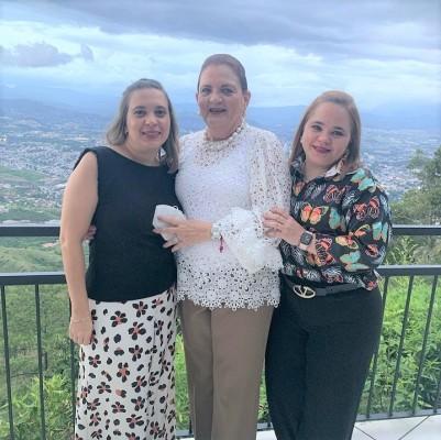 Kalene Pineda con sus hijas Claudia y Kalenita disfrutando de un evento social familiar