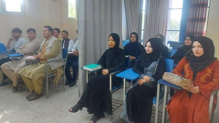 Las clases en Universidad de Afganistán han dejado de ser mixtas, hombres y mujeres son separados por una cortina