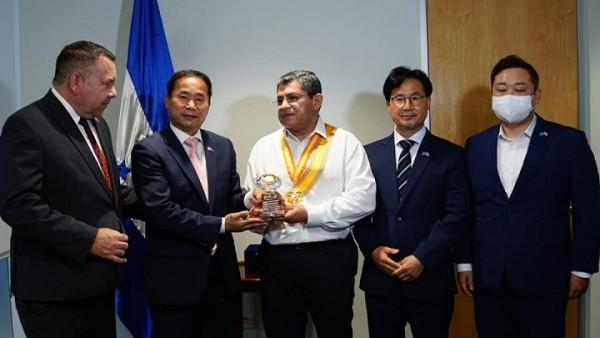 Leonel ayala condecorado en Corea del sur